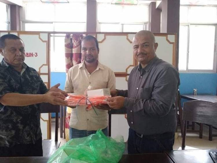 नेपाल प्रेस युनियनका केन्द्रीय सदस्य के सि द्वारा कोरोना संक्रमितलाई खाजा प्रदान