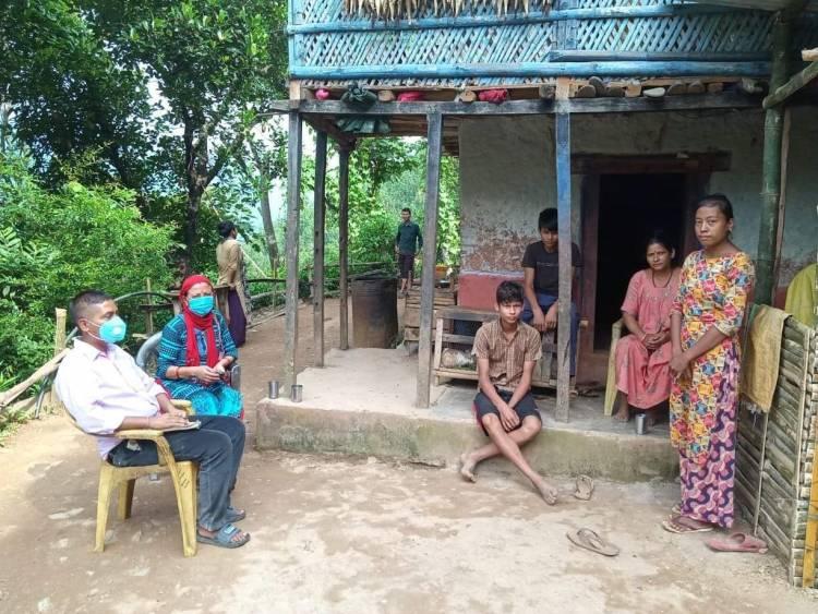 विद्यार्थी खाेज्दै गाउँ-गाउँमा शिक्षक पुगेपछि बिध्यार्थी र अभिभावक खुसी