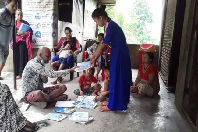 घरमै स्वअध्ययनका लागी माण्डबिका बिध्यार्थिलाई पाठ्यपुस्तक वितरण
